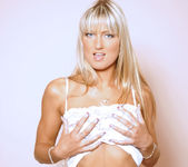Blonde Bombshell Sarah Strips And Shows Off What She's Got 3