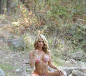 Shannyn teases in her sexy bikini 5