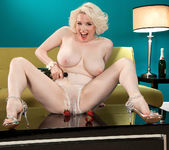 Goldie Ray - Champagne Dame - Leg Sex 15