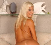 Jessy Wynn Playing with herself - Playful Hands 12
