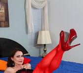 Nora Noir - Sexy Show Off - Anilos 4
