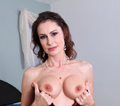 Nora Noir - Sexy Show Off - Anilos 12