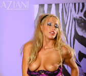 Cassie Young - Aziani 9