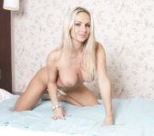Lovely Busty Vanessa Cooper Lets Her Bra Slip 9