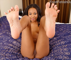 Black Babe Has Her Pussy Stretched and Gives a Footjob