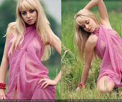 The pink scarf - Maya