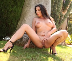 Milf Noemi Has a Threeway With Two Hard Cocks Outside