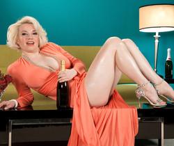 Goldie Ray - Champagne Dame - Leg Sex