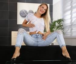 Piss play for dildo fun for horny Bianca Ferrera
