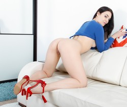 Hannah Vivienne - Gape On The Couch - 21Sextury