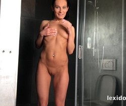 Lexi Dona - Hot Lexi gets orgasm from the showerhead