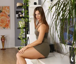 Jenifer Jane pees over the floor in the lounge