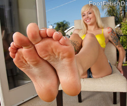 Alt Babe Emma Mae Tastes the Cock and Gives a Footjob