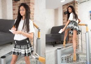 Dominika Dark likes to spread her legs