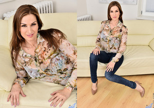 Carol Gold - Housewife Shows Off