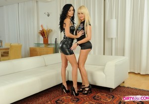 Shalina Divine & Amelie Eating Pussy