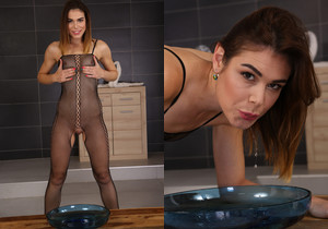 Jessica Bell toys dildos her piss soaked pussy