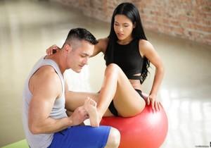 Apolonia Lapiedra - Barefoot Yoga - 21Naturals