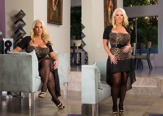 Пышная блондинка Alura Jenson раздевается в гостиной  377728