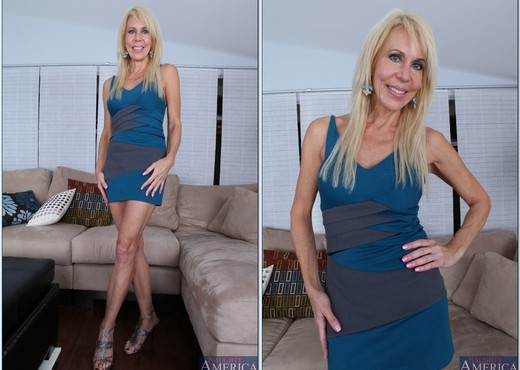 Hot mom Erica Lauren facesitting a young man she's supposed to be tutoring № 483801 загрузить