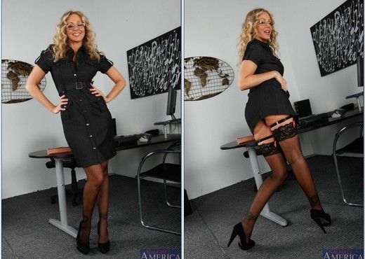Julia Ann - Naughty Office - MILF Image Gallery