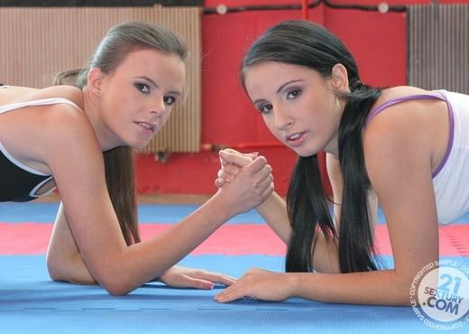 Amanda Moore VS Kerry - Lesbian TGP