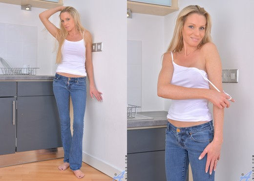 Angel Summers - Thin Hottie - MILF Porn Gallery