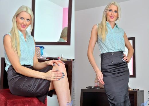 Lexi Lou - Naughty Lady - Anilos - MILF Nude Pics