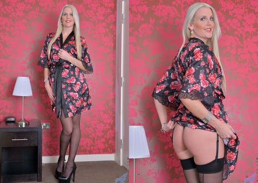 Lexi Lou - Pretty Blonde - Anilos - MILF Picture Gallery