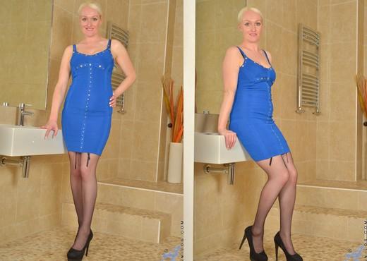 Jaden - Platinum Blonde - Anilos - MILF Nude Gallery