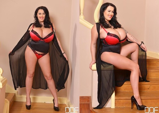 Leanne Crow - DDF Busty - Boobs HD Gallery