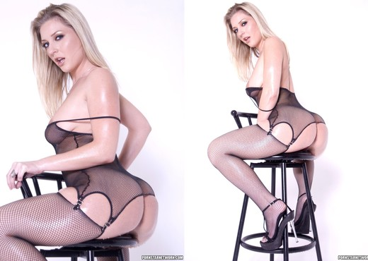 Busty Blonde Babe Avy Scott Shows Off Her Lubed Up Ass - Ass Picture Gallery