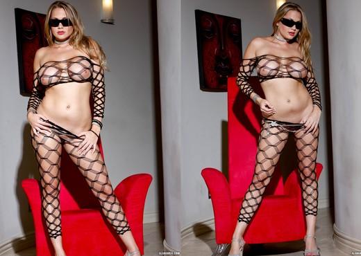 Alanah Rae In a Classic Pornstar Hotness Fest - Solo Nude Pics