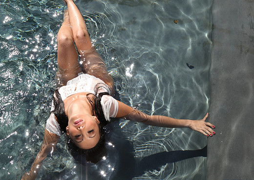 Katsuni Enjoying Public Nudity In the Pool - Asian Picture Gallery