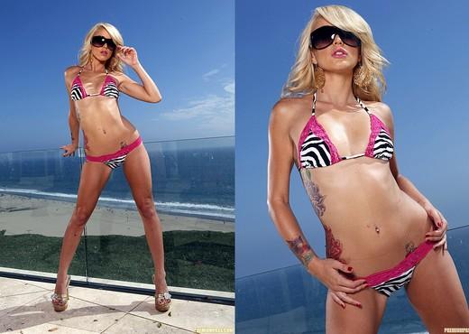 Monique Alexander Horny During a Walk - Pornstars TGP
