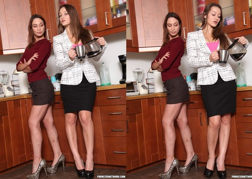 Assy brunette Amber Rayne is banging with her lesbian blonde sister  689578