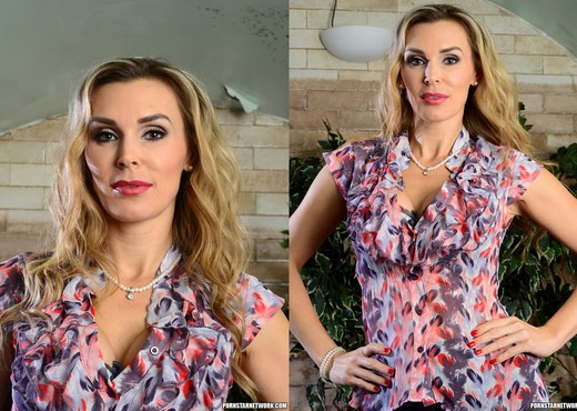 Tanya Tate Shows the Student Body Correct Form - Solo Picture Gallery