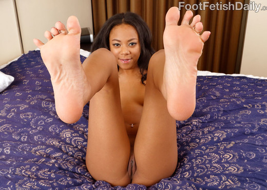 Black Babe Has Her Pussy Stretched and Gives a Footjob - Feet TGP
