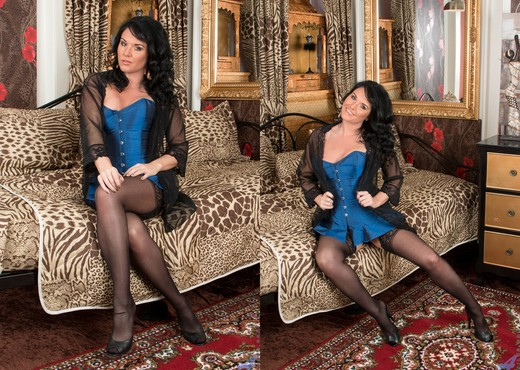 Leah - Bit Of A Treat - Anilos - MILF Picture Gallery