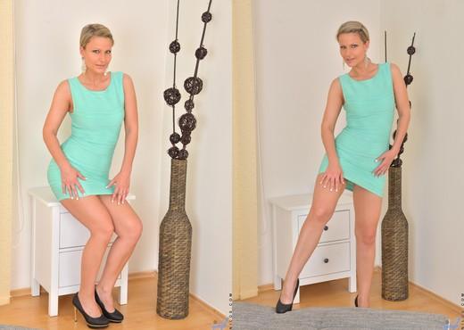 Samantha Jolie - Sexy Little Dress - MILF HD Gallery
