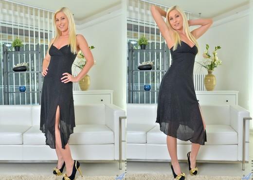 Vanessa Hell - Bombshell Blonde - MILF HD Gallery