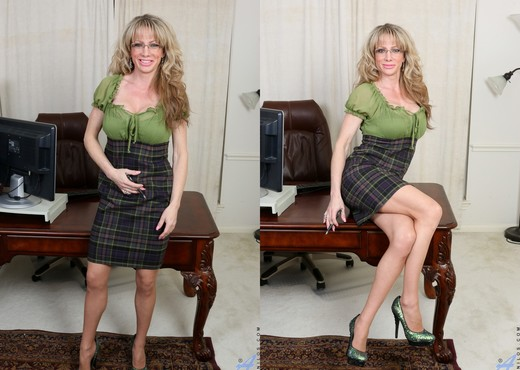 Elizabeth Green - Sexy Secretary - MILF Sexy Photo Gallery