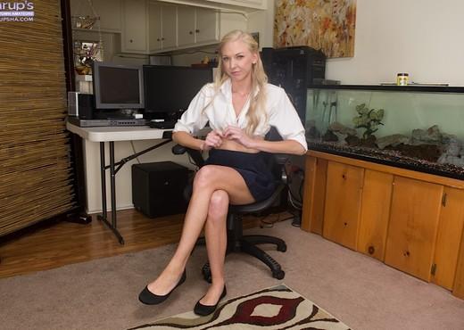 Gorgeous blonde Kara Stone - Solo Nude Pics