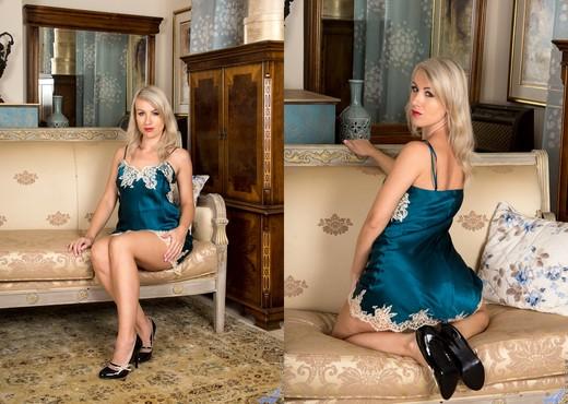 Evey Crystal - Hot Milf - Anilos - MILF Nude Pics