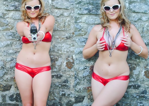 Jodie Gasson seduces us outdoors in her red bikini - Solo Picture Gallery