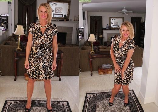 Older mature Mason Vonne spreading her legs - MILF Image Gallery