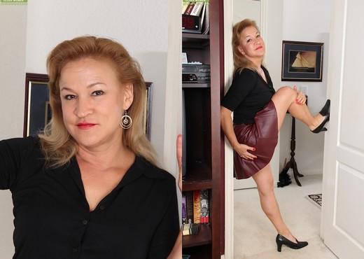 Sabina Wexler - mom showing her ass - MILF Nude Gallery