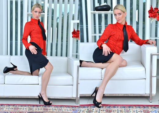 Uma Zex - Sexy Blonde - Anilos - MILF Sexy Photo Gallery