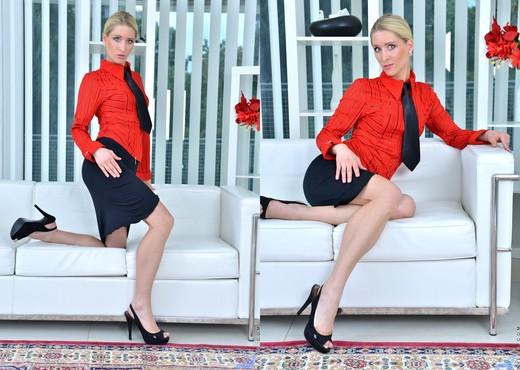 Uma Zex - Sexy Blonde - Anilos - MILF Sexy Photo Gallery