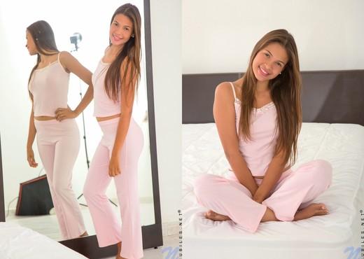 Kiara Lorens taking off her pants - Teen TGP